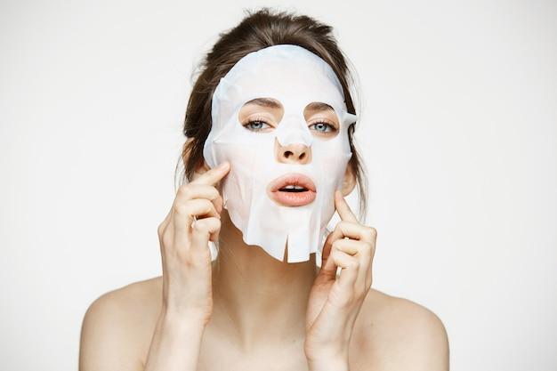Młoda kobieta z maseczka na twarz. beauty spa i kosmetologia.