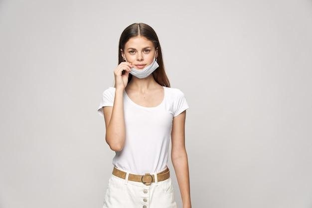 Młoda kobieta z maską na białym tle