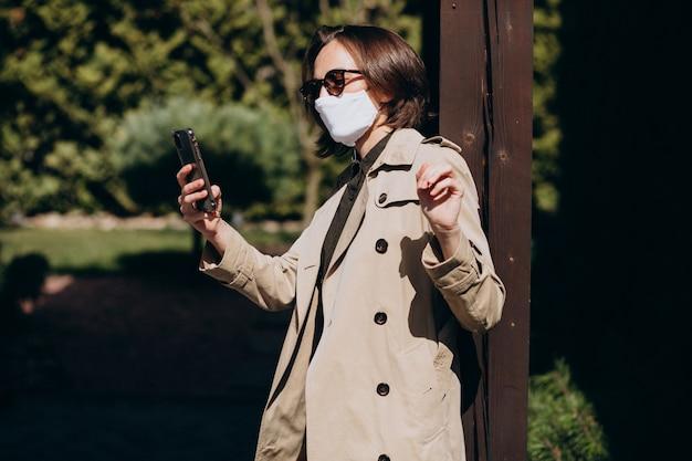Młoda kobieta z maską ochrony twarzy