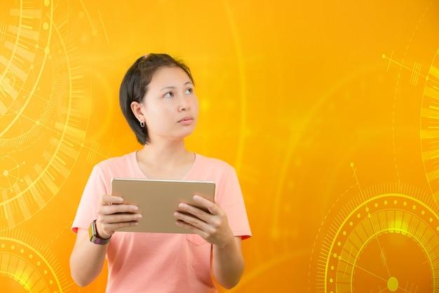Młoda kobieta z matematycznymi wzorami i obliczeniami w yello