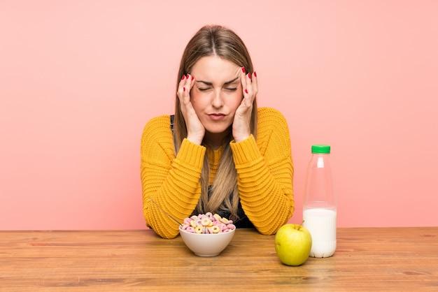 Młoda kobieta z miską zbóż niezadowolona i sfrustrowana czymś, negatywny wyraz twarzy