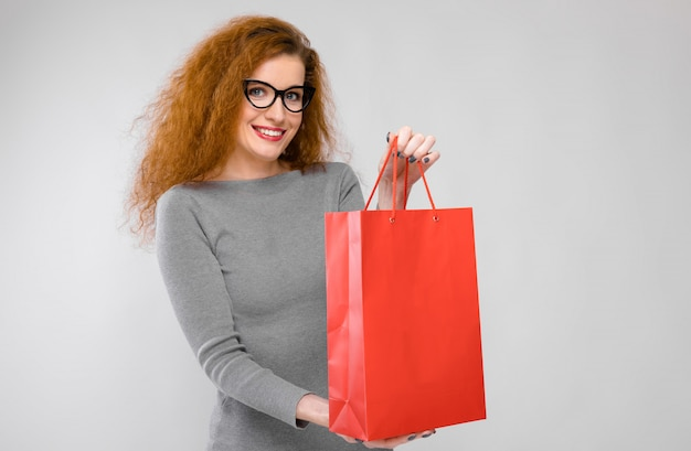 Młoda kobieta z papierową torbą