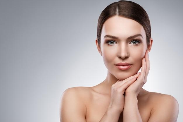 Młoda kobieta z piękną twarzą i miękką skórą