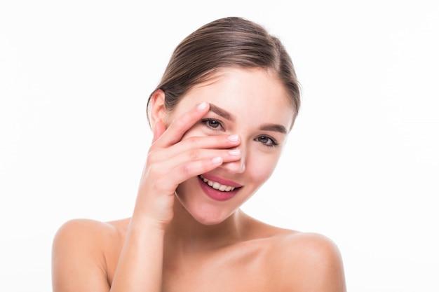 Młoda kobieta z piękną zdrową twarzą odizolowywającą na biel ścianie