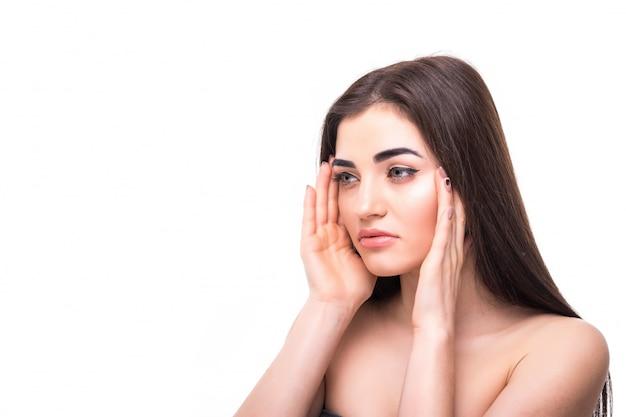 Młoda kobieta z pięknym makeup odizolowywającym. koncepcja pielęgnacji młodzieży i skóry