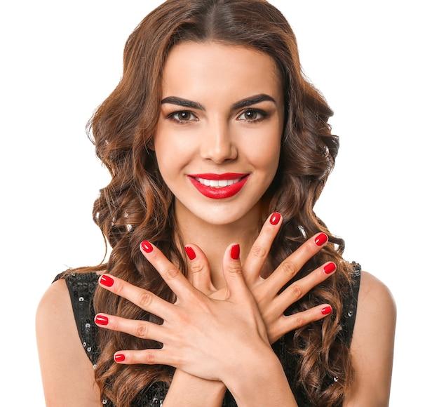 Młoda kobieta z pięknym manicure na białym tle