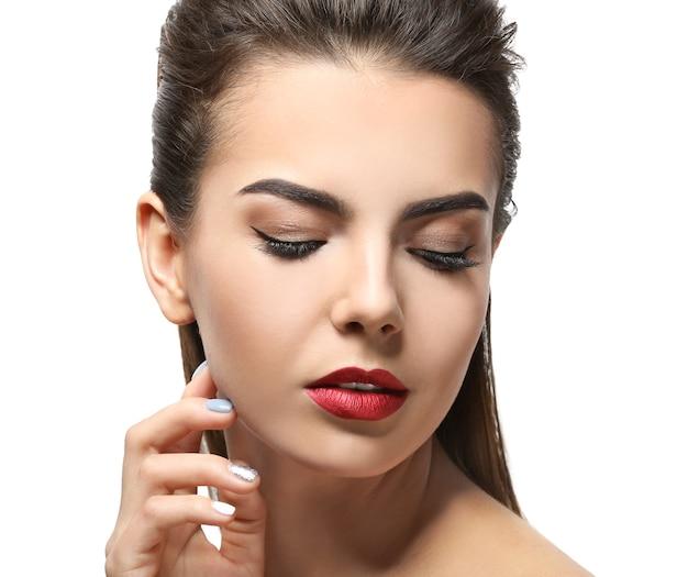 Młoda kobieta z pięknymi brwiami na białym tle