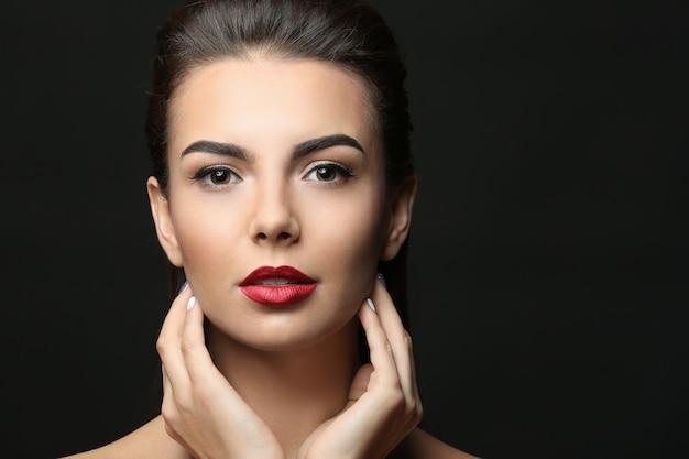 Młoda kobieta z pięknymi brwiami