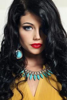 Młoda kobieta z pięknymi lśniącymi włosami