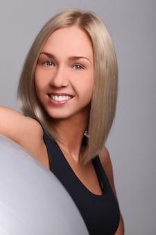 Młoda kobieta z piłką fitness