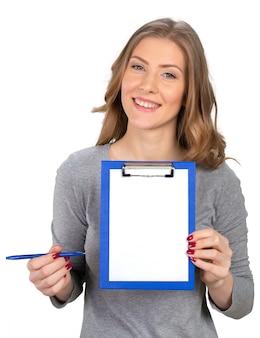 Młoda kobieta z piórem i notatnikiem