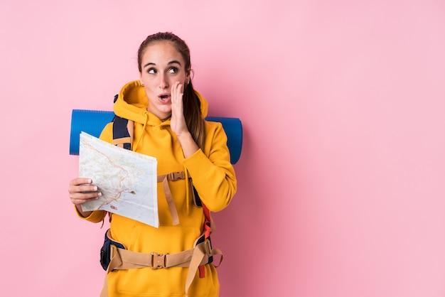 Młoda kobieta z plecakiem i mapą