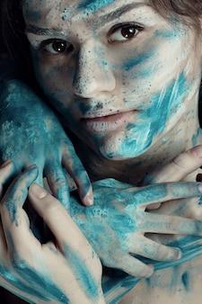 Młoda kobieta z pomalowaną twarzą