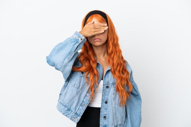 Młoda kobieta z pomarańczowymi włosami na białym tle na białym tle zasłaniając oczy rękami. nie chcę czegoś widzieć