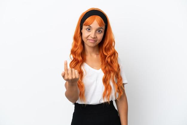 Młoda kobieta z pomarańczowymi włosami na białym tle robi nadchodzący gest