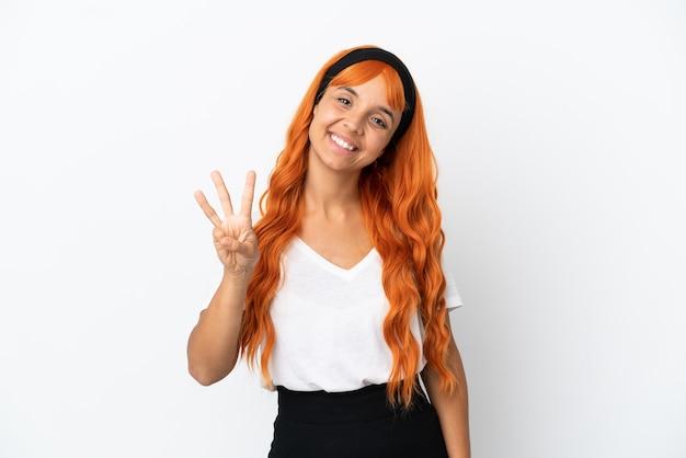 Młoda kobieta z pomarańczowymi włosami na białym tle szczęśliwa i licząca trzy palcami