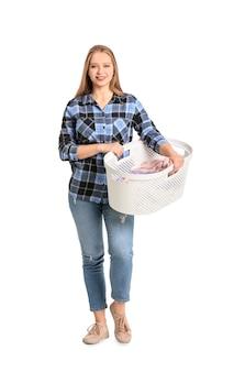 Młoda kobieta z pralni na białym tle
