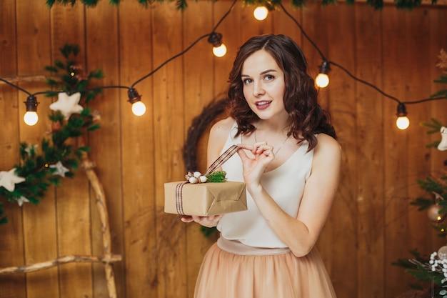 Młoda kobieta z prezentem