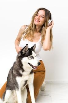 Młoda kobieta z psem husky