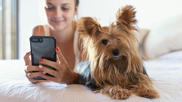 Młoda kobieta z psem przy selfie
