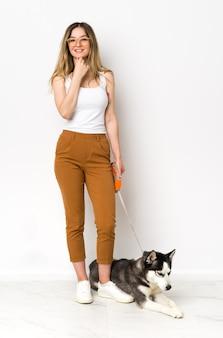 Młoda kobieta z psem