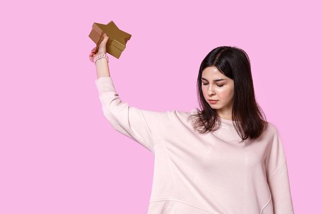 Młoda kobieta z pudełko w dłoniach