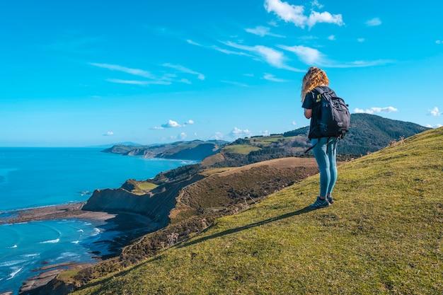 Młoda kobieta z punktu widzenia obserwująca geopark sakoneta