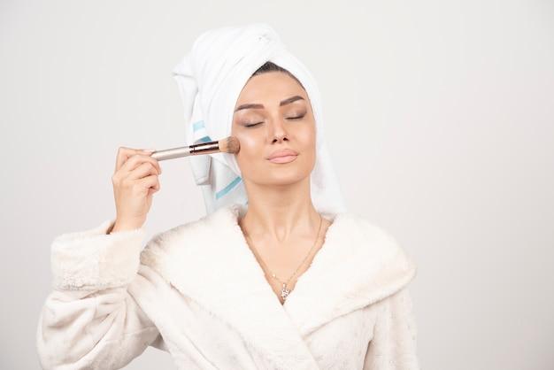 Młoda kobieta z ręcznikiem na głowie i pomponem.