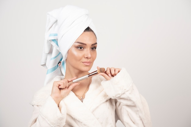 Młoda kobieta z ręcznikiem na głowie i pomponem