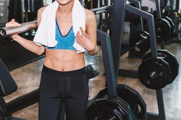 Młoda kobieta z ręcznikiem w gym