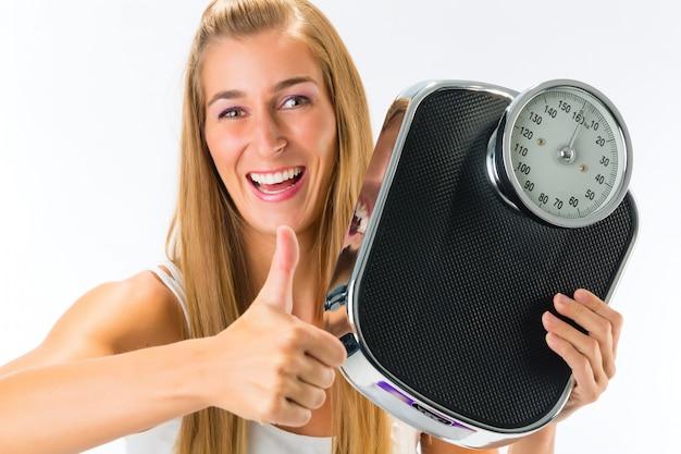 Młoda kobieta z skali wagi