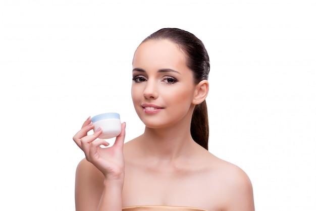Młoda kobieta z śmietanką odizolowywającą na bielu