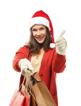 Młoda kobieta z świątecznymi zakupami na białym