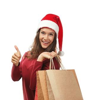 Młoda kobieta z świątecznymi zakupami w tle