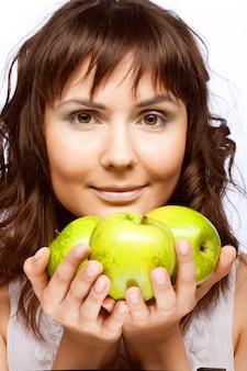 Młoda kobieta z świeżymi zielonymi jabłkami