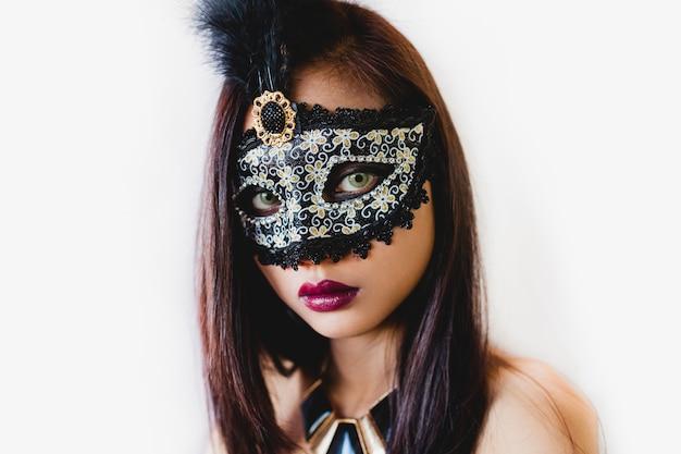 Młoda kobieta z szarym weneckie maski