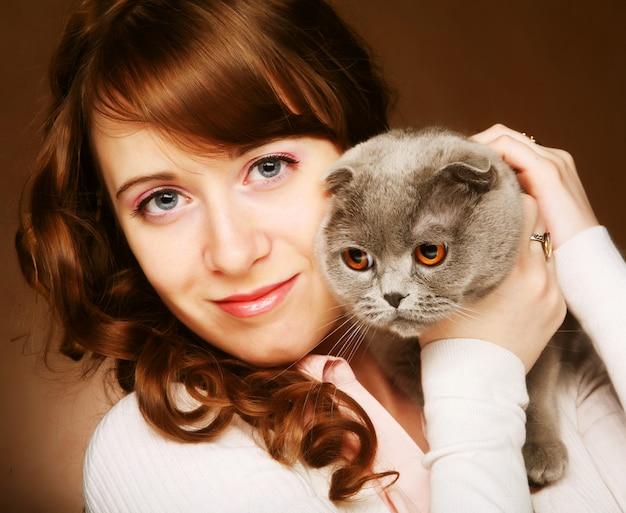 Młoda kobieta z szkockim fałdu kotem
