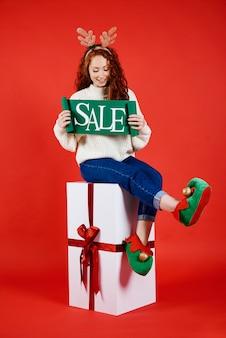 Młoda kobieta z sztandarem sprzedaży zimowej