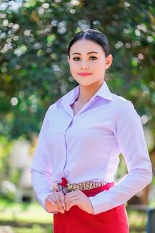 Młoda kobieta z tajnego stylu stylu.