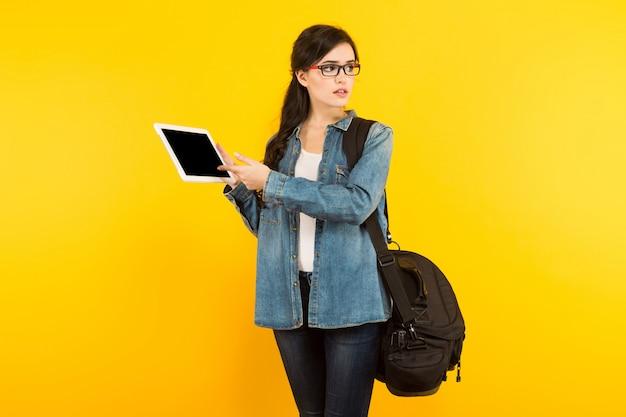 Młoda kobieta z torbą i komputerem osobistym