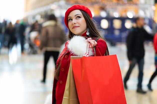 Młoda kobieta z torba na zakupy w mediolan, włochy