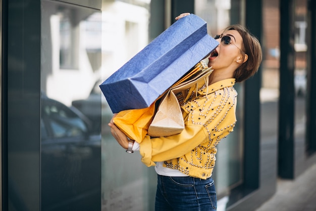 Młoda kobieta z torba na zakupy w mieście