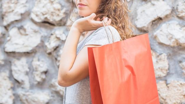 Młoda kobieta z torba na zakupy