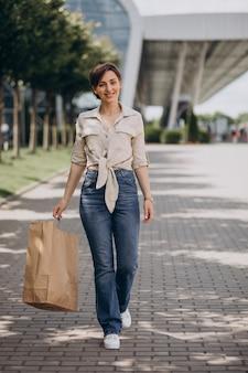 Młoda kobieta z torbami na zakupy