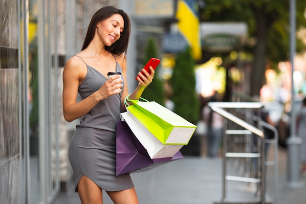 Młoda kobieta z torby na zakupy