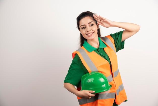 Młoda kobieta z twardym kapeluszem i ubranym mundur. zdjęcie wysokiej jakości