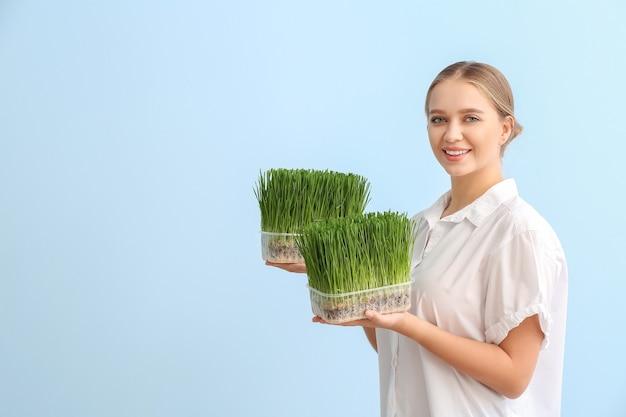 Młoda kobieta z wheatgrass w przestrzeni kolorów