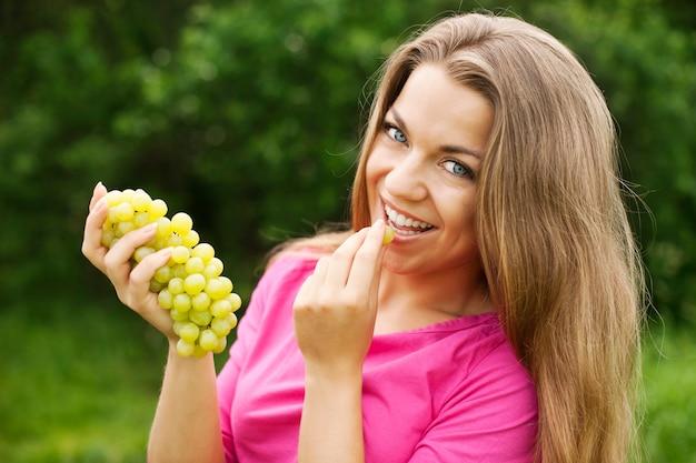 Młoda kobieta z winogronami