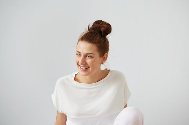 Młoda kobieta z włosami w kok