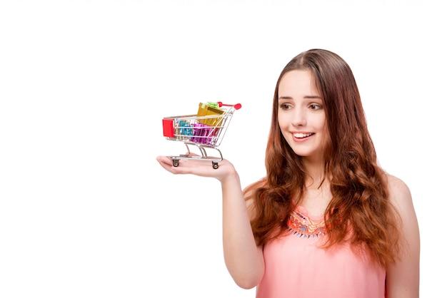 Młoda kobieta z wózek na zakupy odizolowywającym na bielu